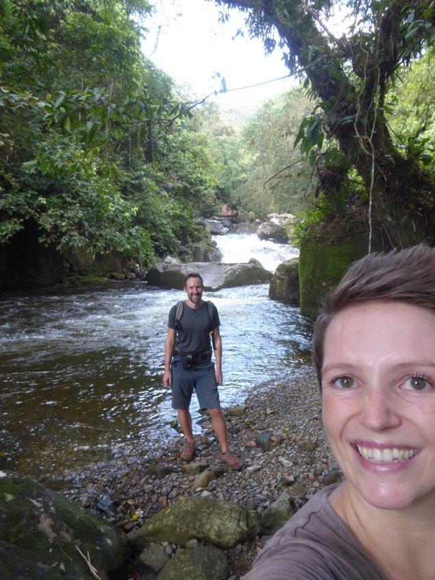 Hep'ie us bijna bij de waterval. Wireless telefooncel. Onderweg naar Cascada de Bermejo. Santa Fé (Panama)