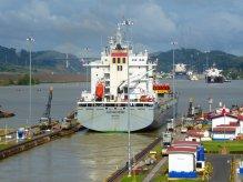'Bootjes' die afsnijden door het Panama kanaal.