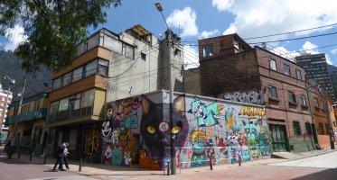 Zelfs de lantaarnpaal is meegeschilderd voor deze Alley Cats muurschildering. Bogota (Colombia)