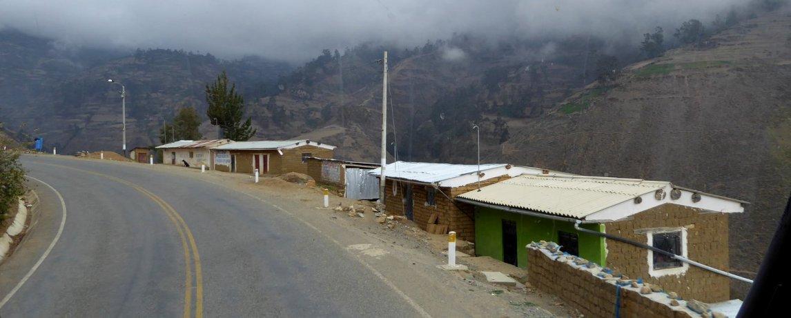 Adobe huisjes langs de afgrond. Onderweg naar Huaraz