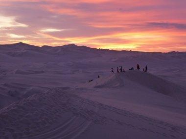 Zelfs het zand kleurt paars! Huacachina