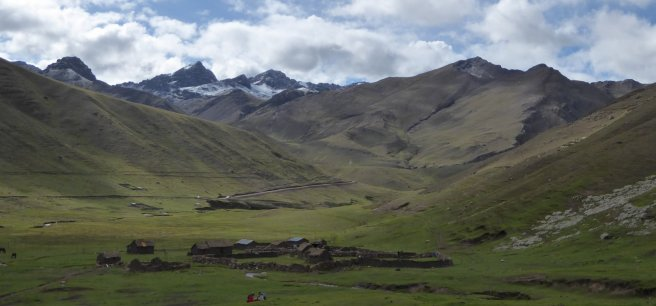 Nederzetting onderweg naar Rainbow mountain.