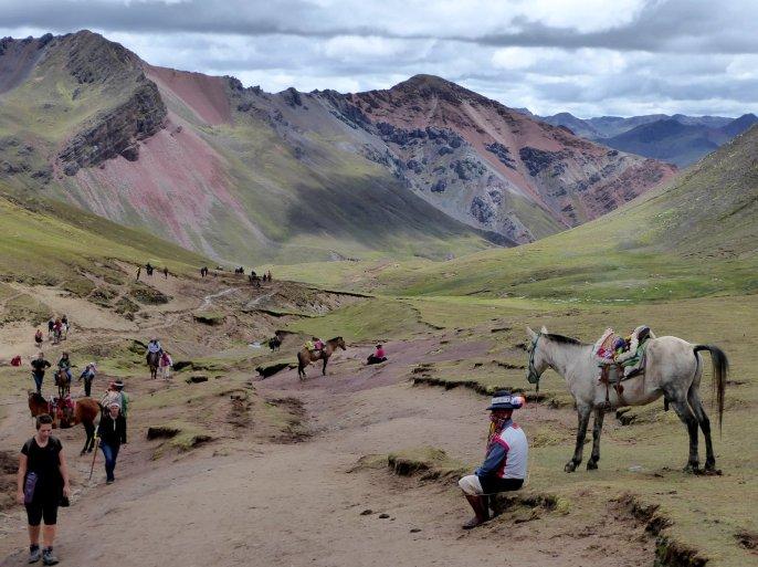 Terwijl de locals uitrusten sjouwt Elske rustig verder. Onderweg naar Rainbow Mountain