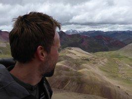 Rogier geniet van het schilderachtige uitzicht. Rainbow Mountain