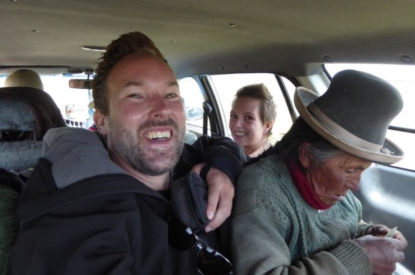 Samen met oma in de kofferbak. Op weg naar Sullistani.