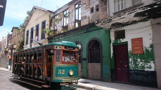 Oude tram door de oude straatje van Santos. Brazilië