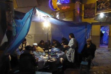 Ook in de regen eten de mensen op straat. La Paz