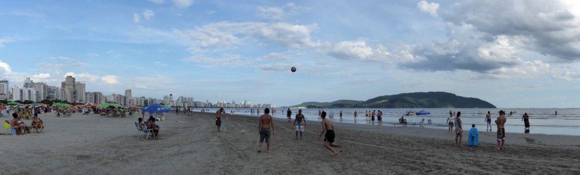 Typisch Braziliaans stadsstrand. Santos, Brazilië