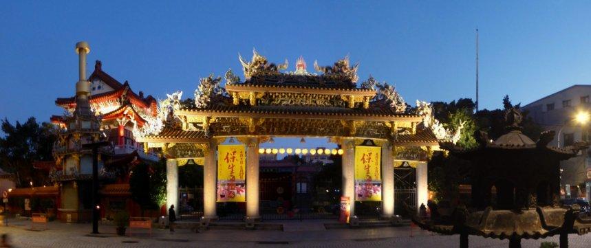 De tempel aan de overkant (van de Dalongdong Baoan Temple) by night. Taipei