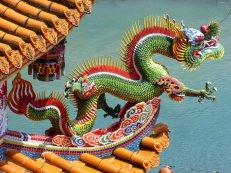 Één van de vele beelden op het rijk versierde tempeldak. Wulai