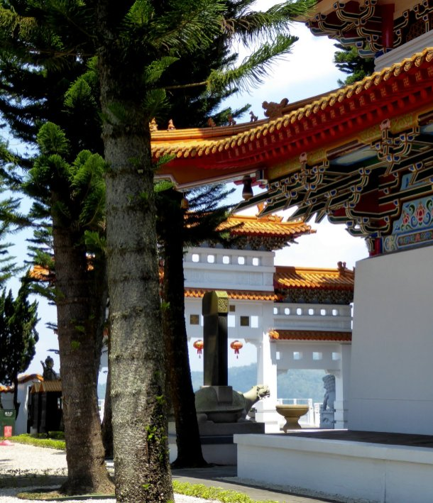 Nog zo'n leuk tempeltje. Xuanzang temple, Sun & Moon lake