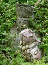 Leuk overgroeide beelden in de tuin van de Pu Tian temple. Hsinchu