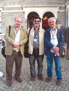 ժողովասրահի շէնքի մուտքին` Սերգէյ Վարդանեանի եւ Իշխան Չիֆթճեանի հետ