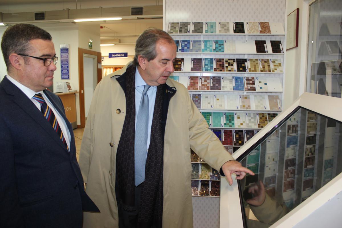 el alcalde de arganda del rey visita azulejos pe a
