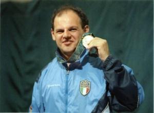 Roberto Di Donna con la medaglia al collo. Foto presa da www.fiammegialle.org