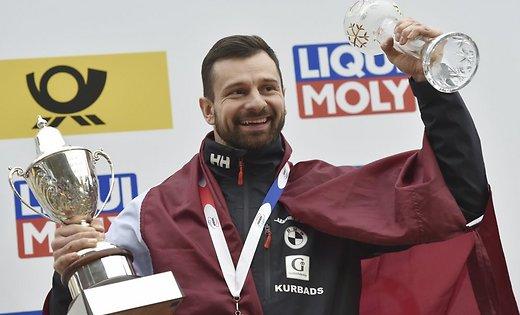 L'atleta lettone Martins Dukurs, detto Superman, vincitore dell'ottava coppa del mondo consecutiva di skeleton