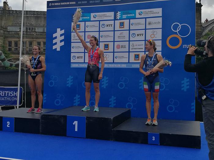wts-leeds-2017-podio-alice betto bronzo-terza-premiazione-triathlon-italia primo podio italiano in world triathlon series