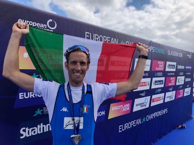 Martino Goretti festeggia la medaglia d'argento agli Europei di canottaggio 2018