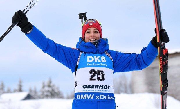 Lisa Vittozzi festeggia il trionfo nell'inseguimento di Oberhof