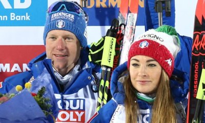 Lukas Hofer e Dorothea Wierer in posa sul podio della staffetta single mixed dei Mondiali di Östersund