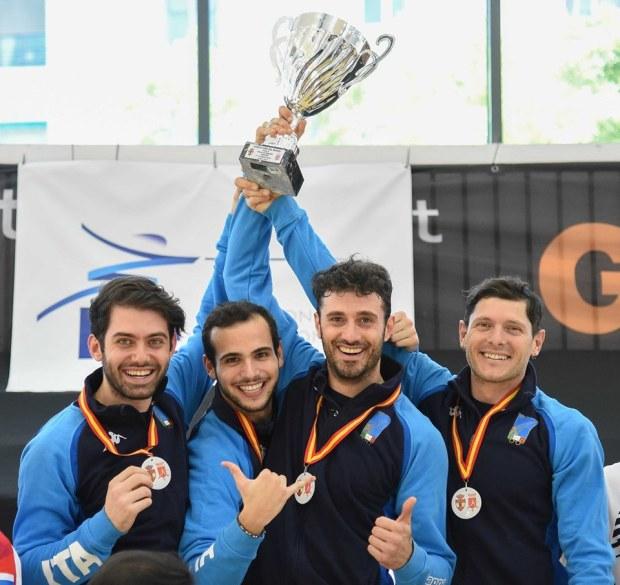 Gli azzurri della sciabola festeggiano, alzando la Coppa sopra il cielo di Madrid