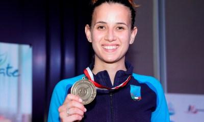 Irene Vecchi in posa sul podio, mostra la medaglia conquistata a Tunisi