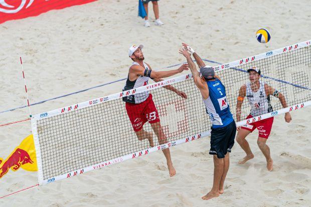 Nicolai/Lupo in azione durante il secondo turno di Vienna al Beach Volley World Tour 2019