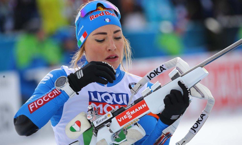 Dorothea Wierer ricarica la carabina durante una sessione di tiro in piedi ai Mondiali di biathlon di Anterselva 2020