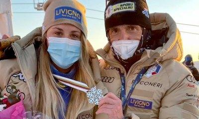 Michela Moioli celebra la medaglia d'argento insieme al direttore sportivo Cesare Pisoni