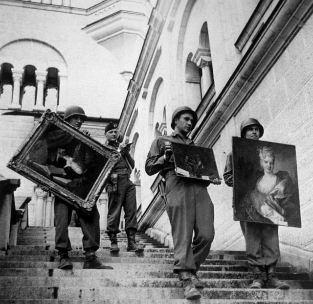 Američki vojnici iznose slike koje su ukrali Nacisti iz vile u Austriji, ilustracija (Foto: Gettyimages)