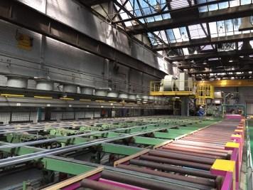 Het aluminium wordt met de kracht van meer dan dertig Volkswagenbusjes door matrijzen geperst.