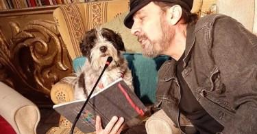 Luismi y Dexter recitando poemas en el Pandora