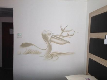 >> Pelikan/Pelican. Michel & Friends Hotel Hodenhagen 2018. Gesprühte Illustration-jedes Zimmer mit individueller Gestaltung. Spraypainted illustration, every room with a customized topic.