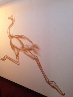 Strauß im Flur/Ostrich in the corridor. Michel & Friends Hotel Hodenhagen 2018. Gesprühte Illustration-jedes Zimmer mit individueller Gestaltung. Spraypainted illustration, every room with a customized topic.