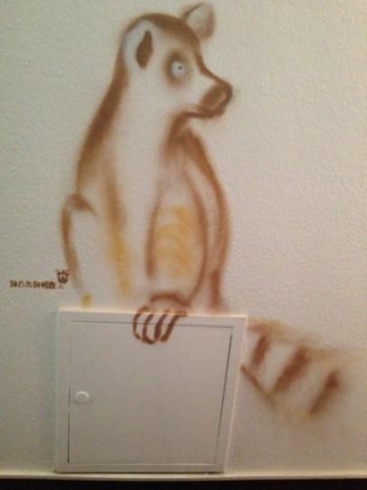 Lemur Katta. Michel & Friends Hotel Hodenhagen 2018. Gesprühte Illustration-jedes Zimmer mit individueller Gestaltung. Spraypainted illustration, every room with a customized topic.