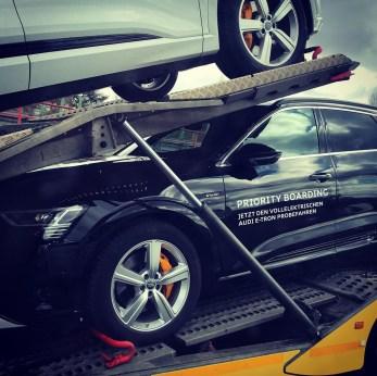 Audi e-tron priority boarding transport © Musti Enzmann