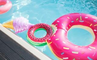 Beitragsbild: Witzige und coole Schwimmringe, Luftmatratzen, Badeinseln für den Pool - Poolspielzeug für Erwachsene - Flamingo Badeinsel, Melonen Schwimmring, Donut Schwimmring, Pizza Luftmatratze, katus Luftmatratze und Co.