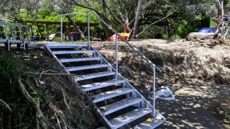 Escalier en aluminium avec rampe, pour faciliter l'accès au bateau pour les clients du centre de plongée.