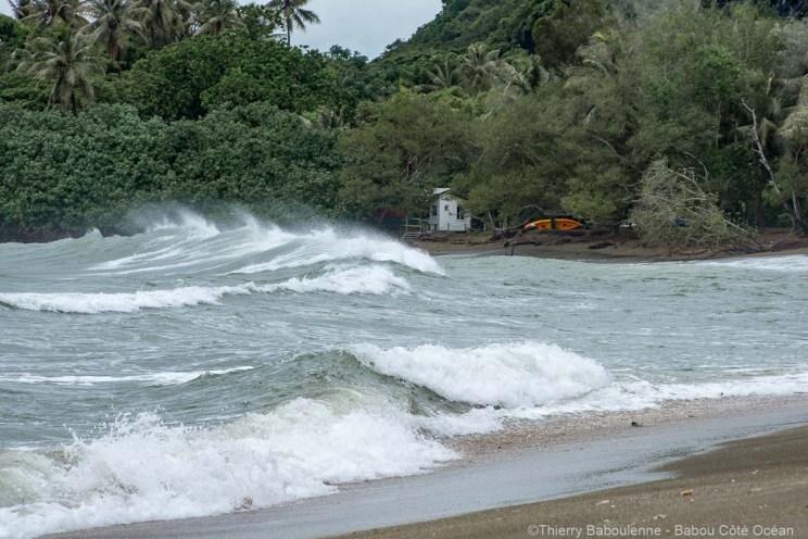 Cyclone Hola - Mer agitée à la plage de Babou Côté Océan