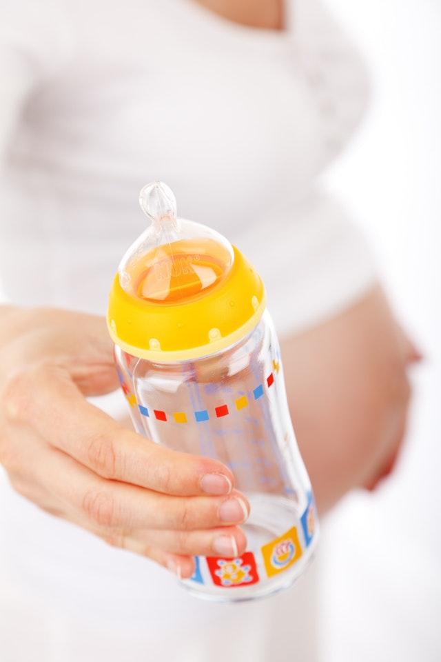 Mogelijk kankerverwekkende stoffen aangetroffen in babymelk