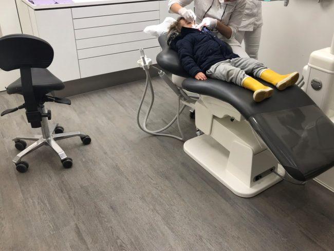 En toen zei de tandarts precies waar bijna iedere ouder bang voor is…