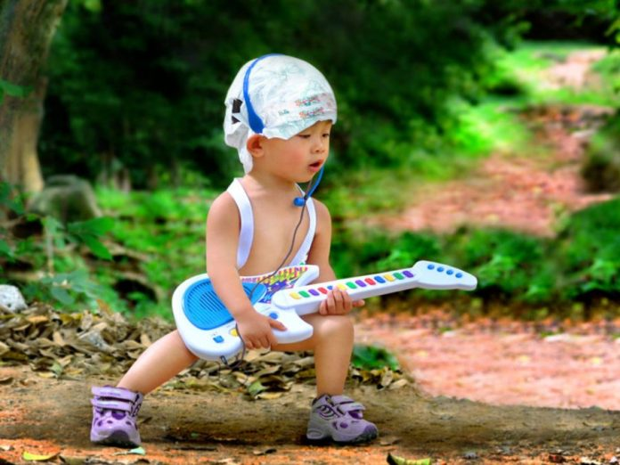 Nomi maschili particolari e moderni per bambini - bambino rockstar