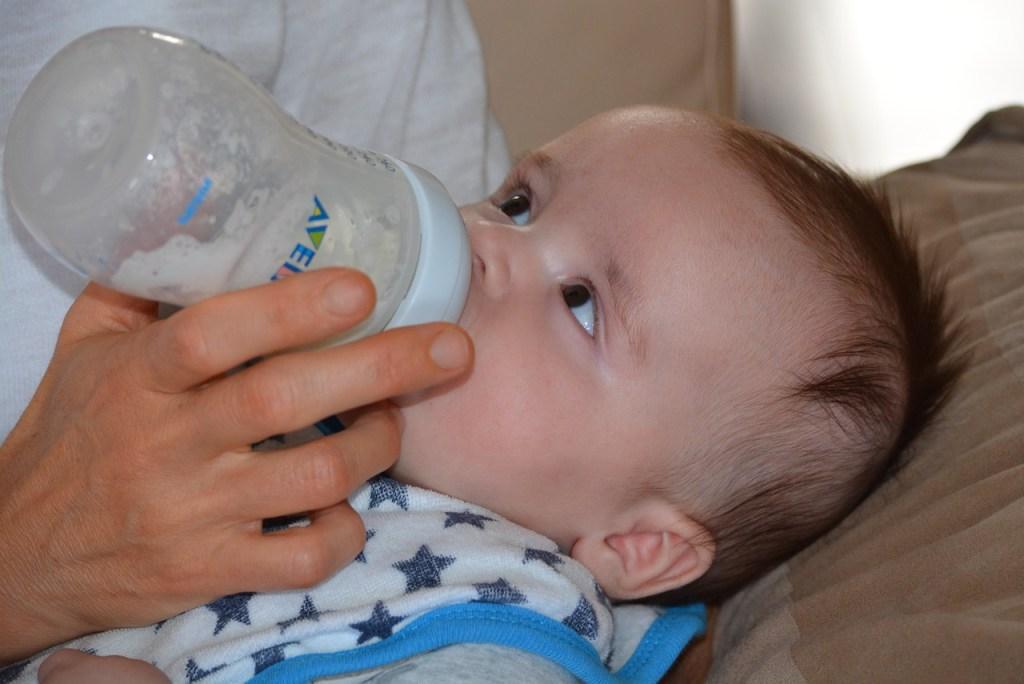 Babys trinken gerne aus einer vorgewärmten Flasche