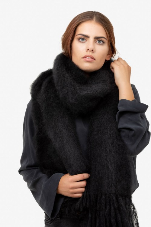 Model-Snuggle-Black