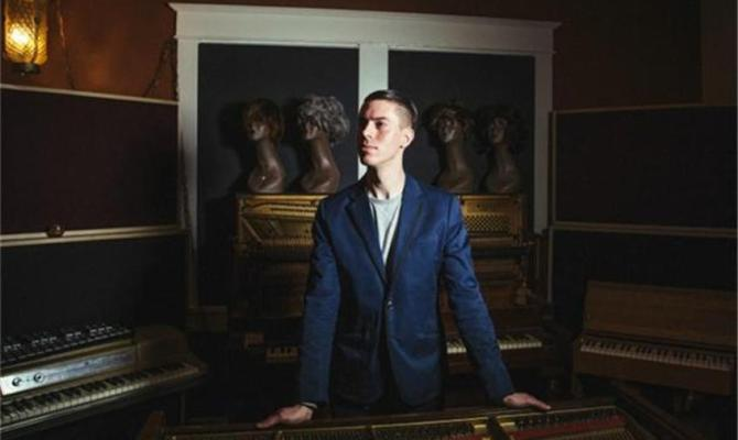 """Baeble Music premieres video for Zach Vinson's """"You're the One"""""""