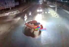 Lo más viral de hoy: el video de la moto que se vuela el rojo