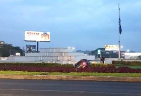 La camioneta que amaneció ensartada en la fuente de Metrocentro, esta es la historia