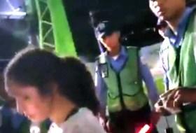 Un extranjero, dos picaditas y la Policía – Vean el dramático video viral