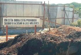 Mujeres ponen letrero y Albañiles de Nicaragua exigen respeto