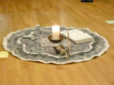 Teppich - Kerze - Bibel - Stein - Wurzel